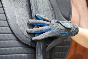 Bei vielen Aktivitäten mit dem Pferd am besten IMMER Handschuhe tragen, damit Du Deine Hände vor Verletzungen schützen kannst.