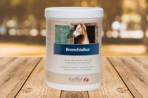 Fertige Atemwohl-Kräutermischungenwie Bronchialkur sind besonders praktisch zu füttern. Darin sind wertvolle ätherische Kräutersamen, z.B. von Anis, Fenchel und Bockshornklee enthalten.